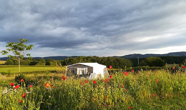 Combi-Camp vouwwagen op de camping met landschap uitzicht