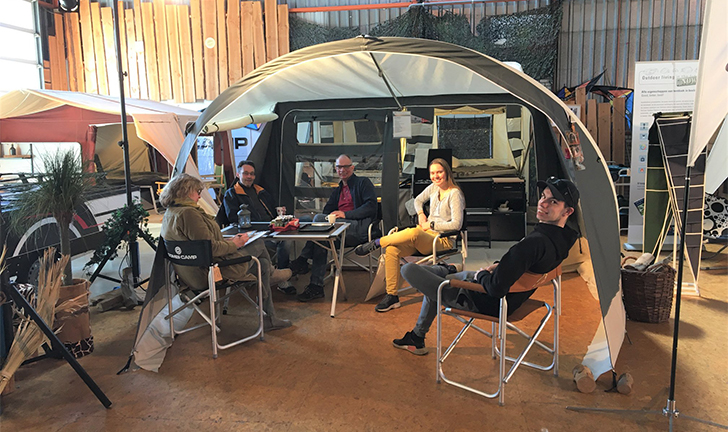 Klanten in showroom Aart Kok Adventure Heemstede met de Combi-Camp FLEXI vouwwagen