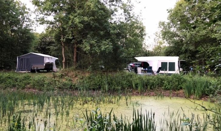 Twee Combi-Camp Country vouwwagens op de camping
